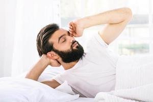sömnig ung man på morgonen foto