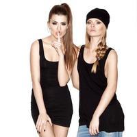 två unga flickvänner foto