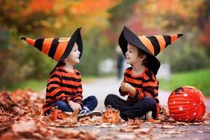 två pojkar i parken med halloween kostymer foto