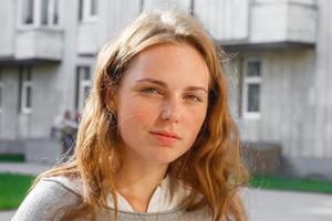 ung vacker kvinna porträtt glad utomhus foto