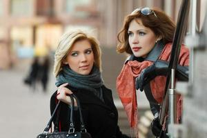 två unga kvinnor på stadsgatan foto