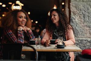 två kvinnliga vänner på caféet foto