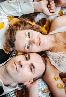 bröllopspar som ligger under ett träd foto