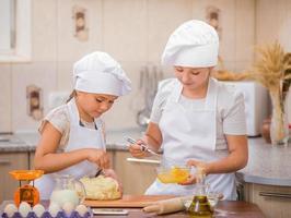 två flickor laga mat foto