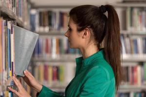 porträtt av en student i ett bibliotek foto