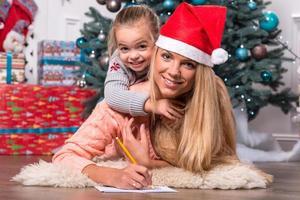 mamma och dotter som väntar på jul