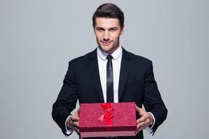affärsman som håller presentförpackning foto