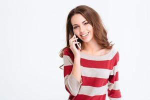 kvinna pratar i telefon och tittar på kameran foto