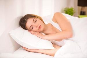 kvinna i sängen foto