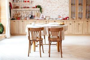 elegant kökinredning med träbord och stolar foto