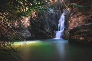 silkeslen vattenfall i Cypern foto