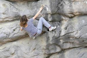 kvinna klättring berg foto