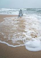 kraschar vågor i det baltiska havet foto