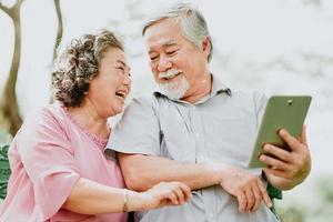 lyckliga äldre par använder surfplatta