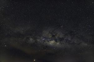 stjärnklar natthimmel med mjölkvägen foto