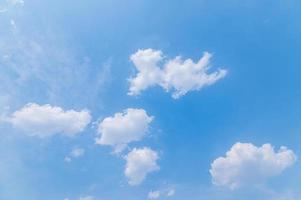 vita fluffiga moln foto