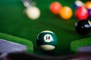 närbild av poolboll på biljardbord foto