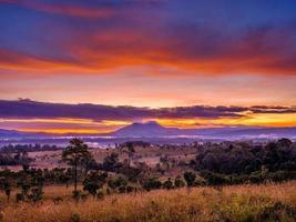 utsikt över bergen med solnedgånghimmel foto