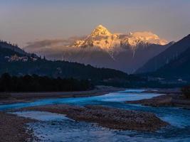 utsikt över himalayanska bergen från floden foto