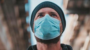 man i en medicinsk mask