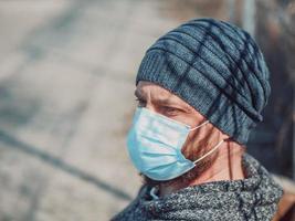 porträtt av en kille i en medicinsk fråga foto