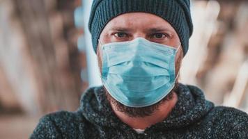 närbild porträtt av en man i en medicinsk mask foto