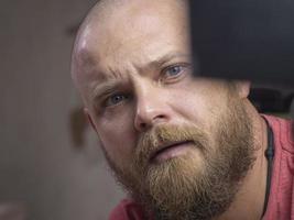 porträtt av en skallig man med ett skägg