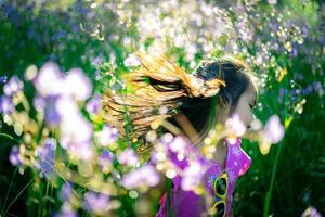 ung asiatisk tjej i ett fält av blommor foto