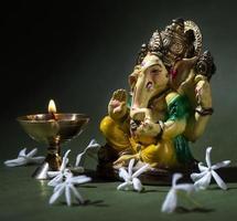 hinduisk gud ganesha på mörk bakgrund foto