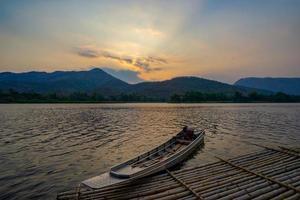 en enda båt dockade i land foto