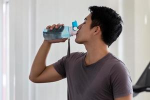 man dricksvatten i gymmet foto