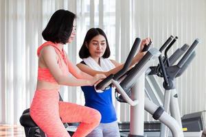 två kvinnor som tränar i gymmet foto
