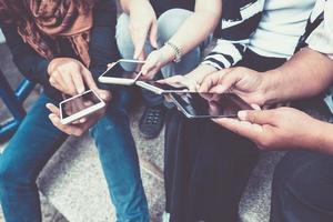 grupp människor som använder smarta telefoner foto