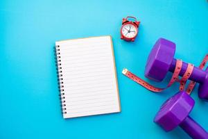 anteckningsbok och fitnessutrustning foto