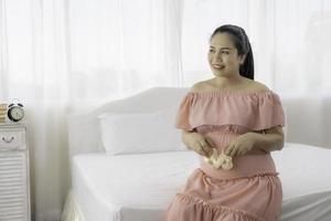 asiatisk gravid kvinna i klänning foto