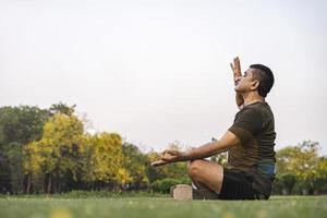man gör yoga foto