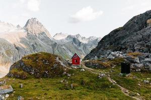 röd stuga i bergen