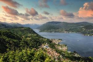 översikt över sjön Orta vid solnedgången foto