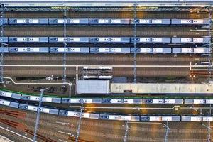 Flygfoto över tågstationen foto