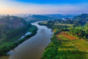 Flygfoto över floden i Indonesien