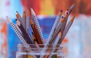 färgpennor i burk foto