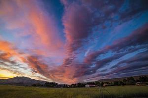 färgglad solnedgång över fältet foto