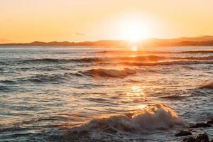 gyllene timme på stranden foto
