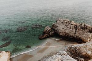 bergformation på havets kust foto