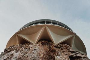 stort betongtorn foto
