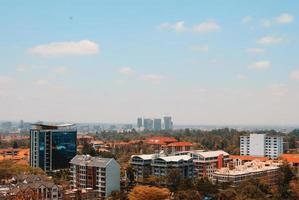 Flygfoto över stadsbyggnader foto