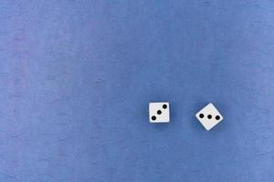 par tärningar på blå bakgrund foto