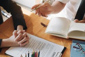 affärskvinna möte med kunden för att underteckna kontrakt foto