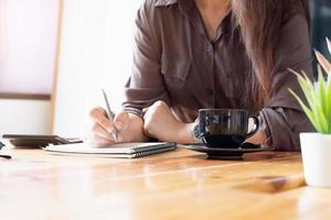 affärspersonal som antecknar vid skrivbordet foto