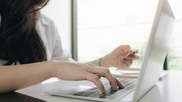kvinna gör online beställning